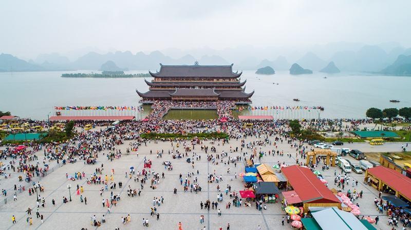 chùa tam chúc rất đông người và các dịp lễ