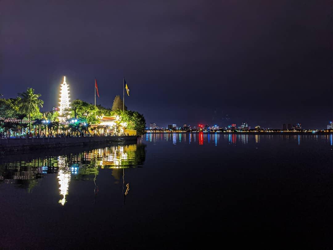Cảnh đẹp về đêm từ chùa Trấn Quốc