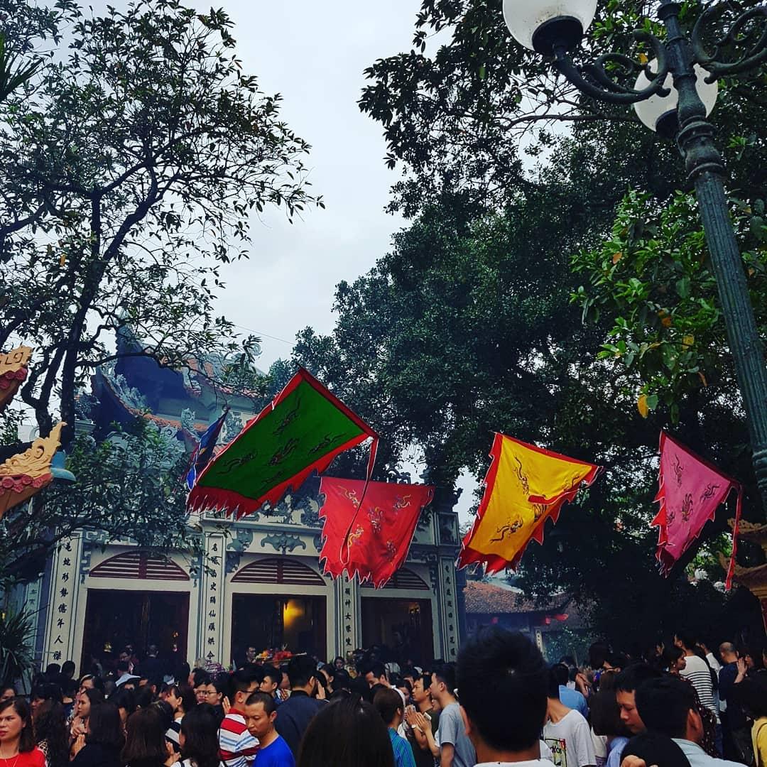 Cổng trước chùa Hà đông tấp nập người vào dịp lễ