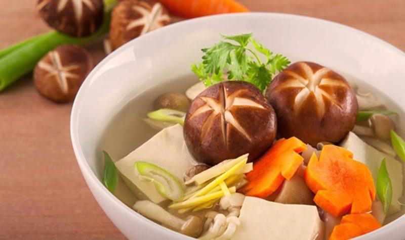 Nấu canh nấm hạt sen thập cẩm chay thanh đạm mà ngon miệng
