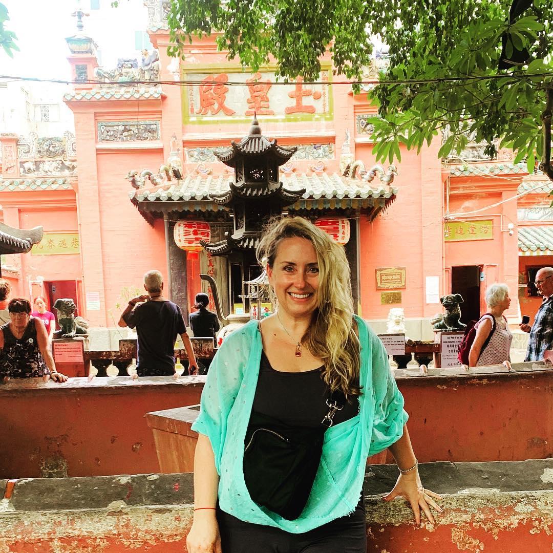 khách ngoại quốc cũng ghé thăm chùa