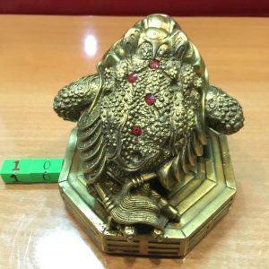 Cách đặt cóc ngậm tiền trên bàn thờ thần tài