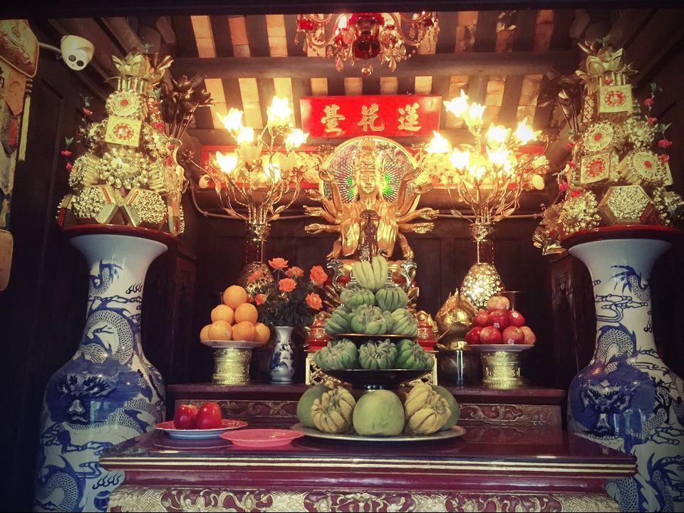tượng Phật Bà Quan Âm bên trong chùa một cột