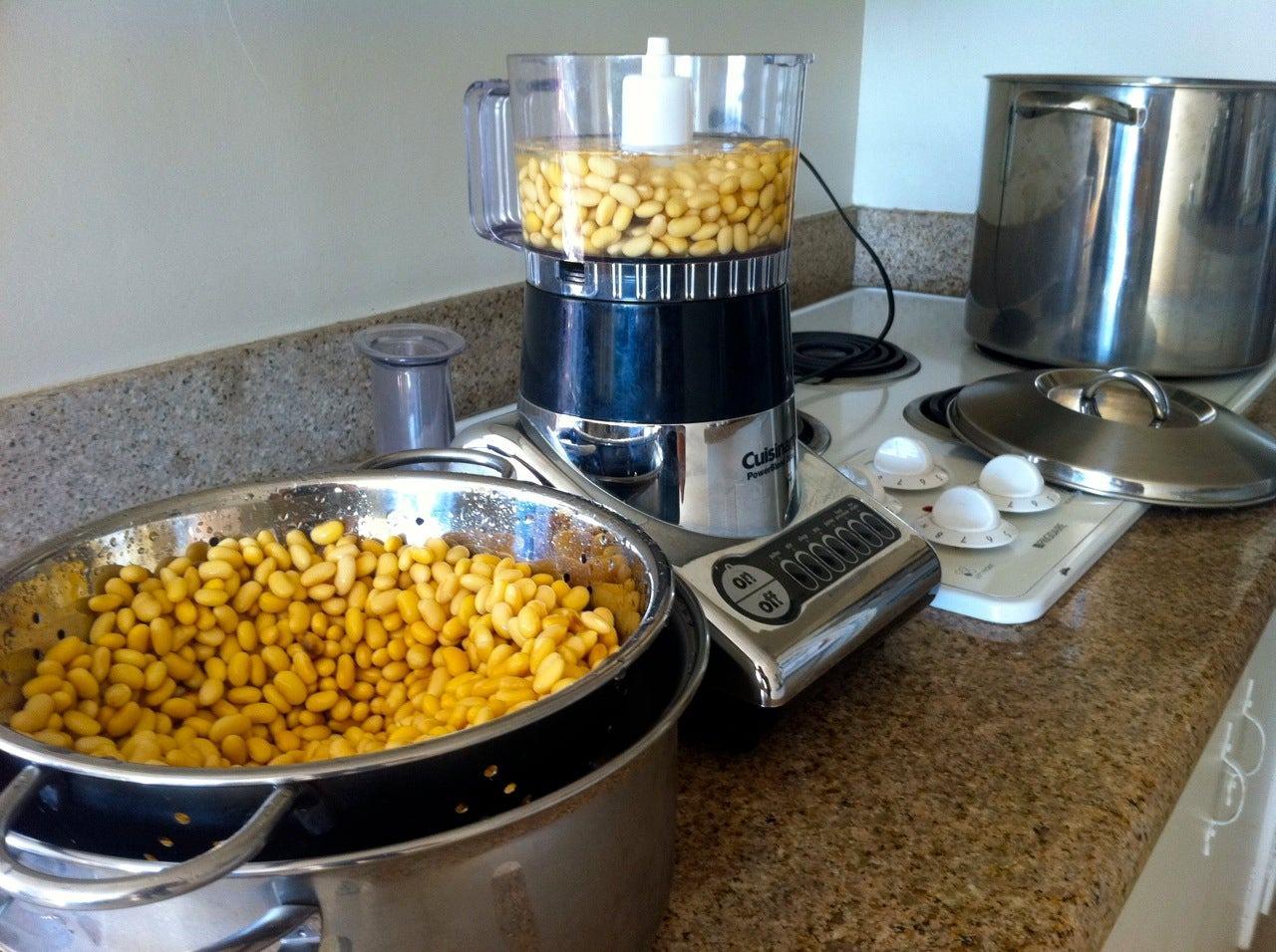 Cho đậu nành vào máy xay và để nước ngập mặt đậu