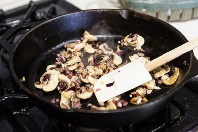 Xào nấm hương trên chảo